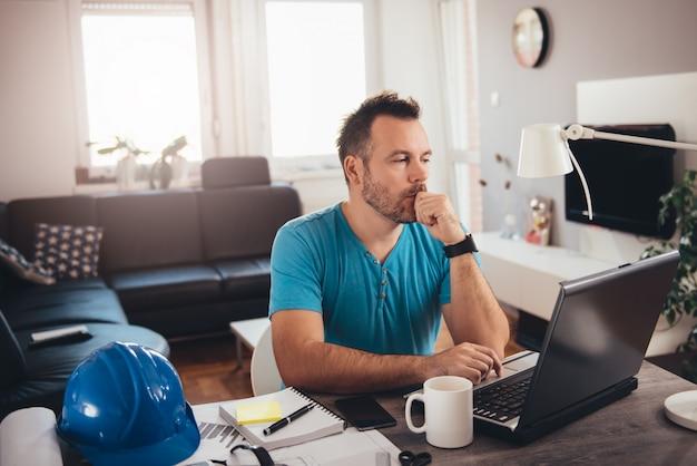 Hombre trabajando en la computadora portátil
