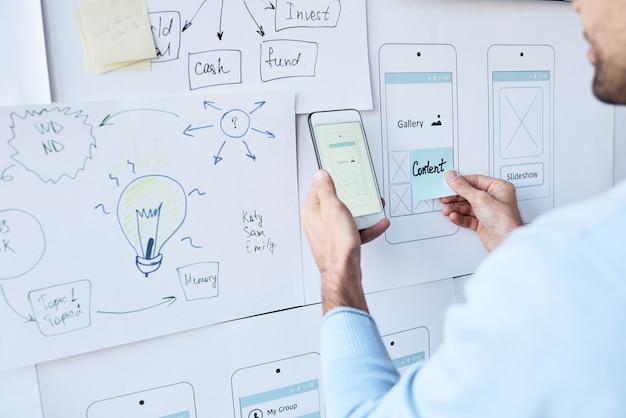 Hombre trabajando en diseño de aplicaciones