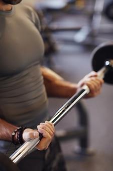 Hombre trabajando en el gimnasio