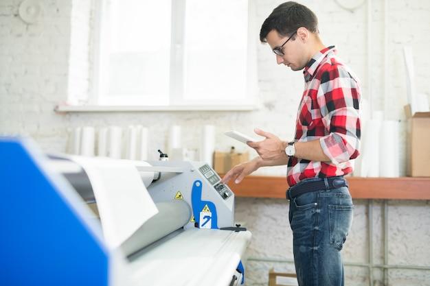 Hombre trabajando en imprenta