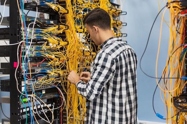 Hombre trabajando en un interruptor de ethernet