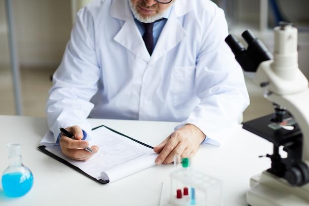 Hombre trabajando en el laboratorio