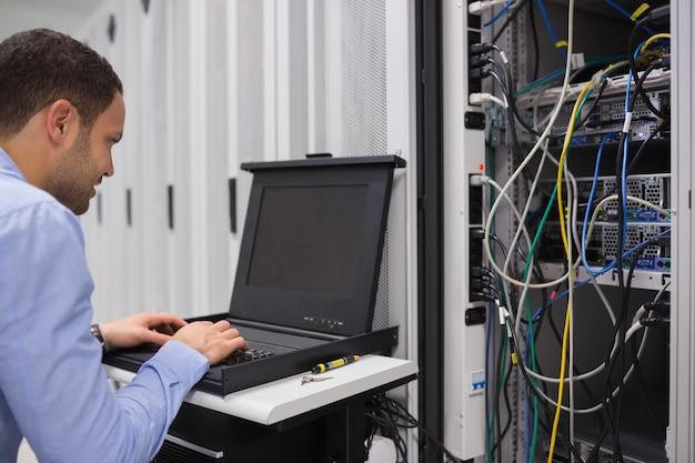 Hombre trabajando con servidores