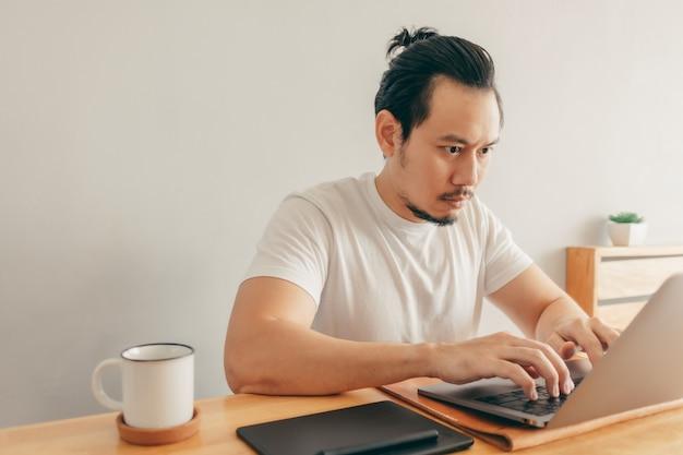 El hombre está trabajando en su apartamento
