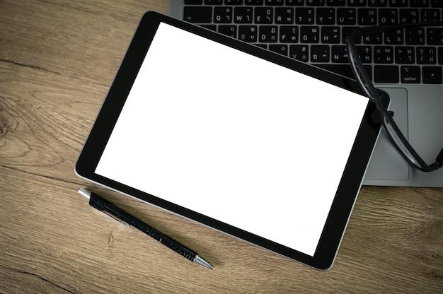 Hombre trabajando en su computadora portátil con espacio de copia en blanco computadora portátil con pantalla en blanco simulacros de computadora de pantalla en blanco