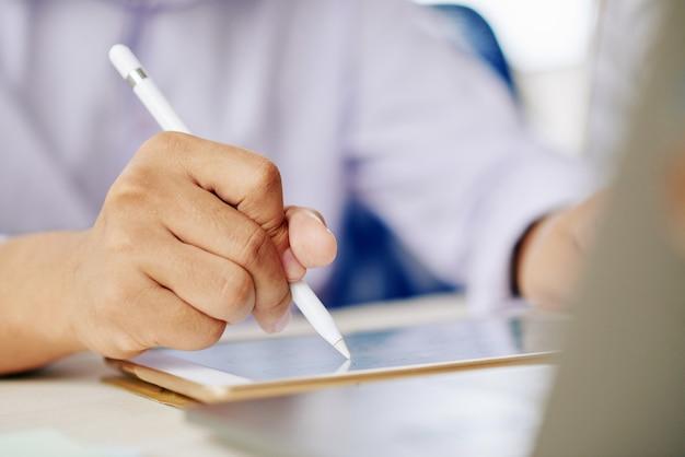 Hombre trabajando en tableta con lápiz