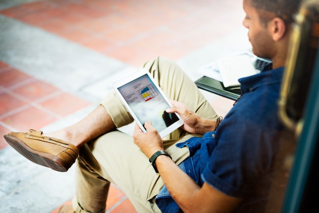 Un hombre trabajando en una tableta