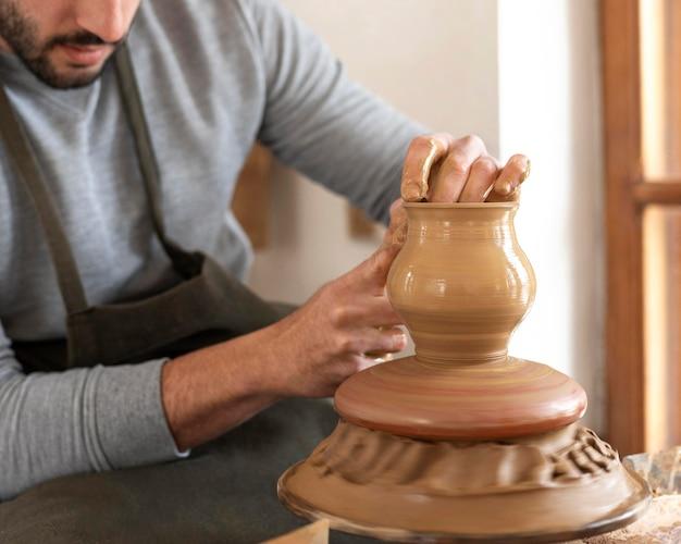 Hombre trabajando en el taller de alfarería