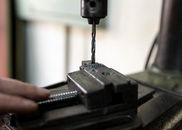 Hombre trabajando en un taller industrial