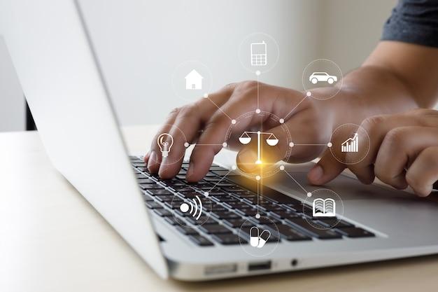 Hombre trabajo asesoramiento jurídico en línea sobre derecho laboral informático empresa comercial concepto de servicio de asesoramiento jurídico
