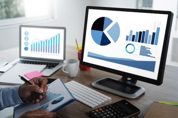 Hombre trabajo desempeño marketing inteligencia y analítica empresarial análisis crecimiento progreso