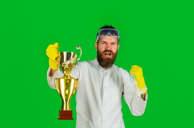 Hombre de trabajo doméstico del servicio de limpieza profesional hombre barbudo en uniforme y guantes con limpiador