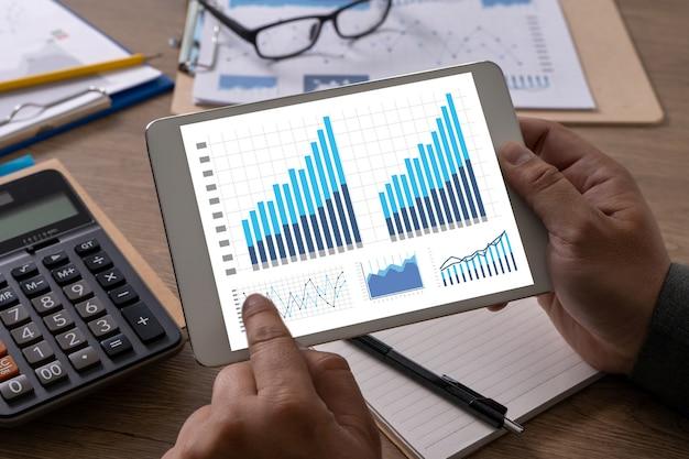 Hombre trabajo finanzas contabilidad cálculo matemático dispositivo digital económico
