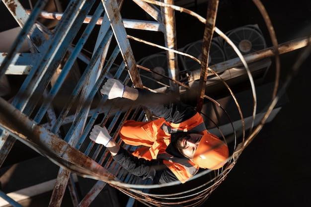Hombre de trabajo de tiro completo subiendo escalera
