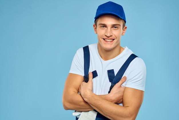 Hombre de trabajo en uniforme de servicio de prestación de cargador de guantes azul.