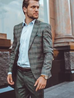 El hombre del traje camina