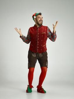 Hombre con traje de elfo aislado en blanco