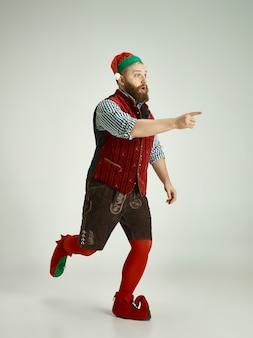 Hombre con traje de elfo aislado en blanco Foto gratis