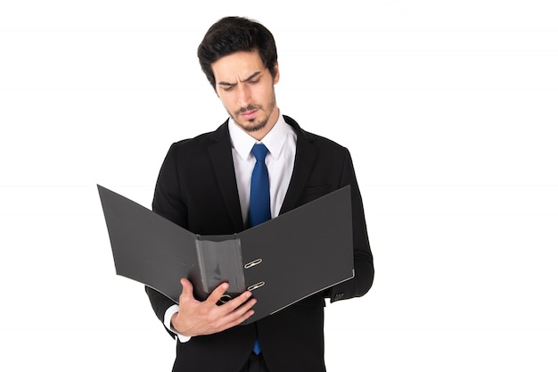 Un hombre de traje negro con archivo de documento