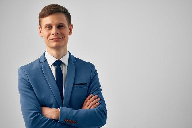 Hombre en traje oficial de estudio de confianza en sí mismo