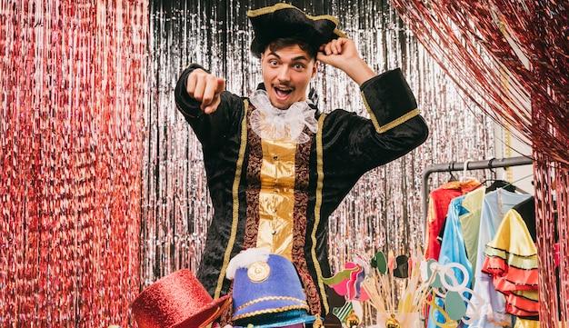 Hombre en traje de pirata señalando