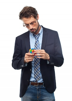 Hombre con traje resolviendo un cubo de rubik