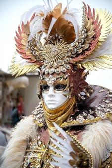 Hombre en traje de soldado romano antiguo en el carnaval de venecia