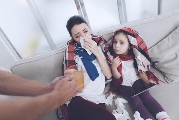 El hombre trajo a su esposa e hija té caliente.