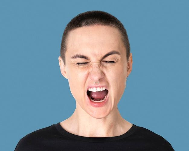 Hombre transgénero cabeza rapada, retrato de rostro gritando