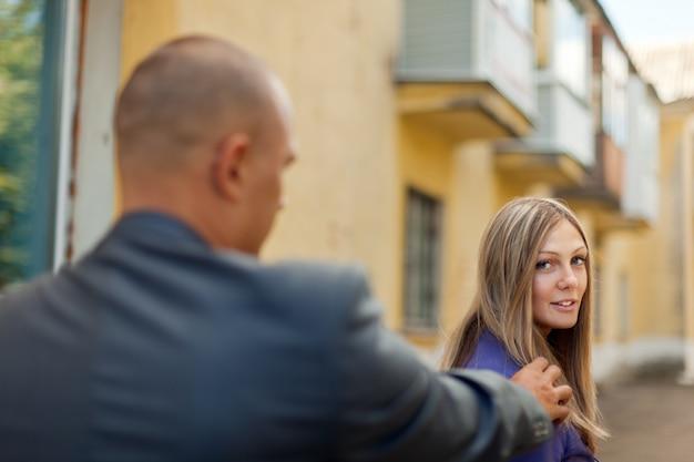 Hombre tratando de familiarizarse con una mujer