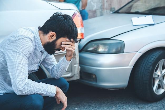 Hombre triste y accidente de coche