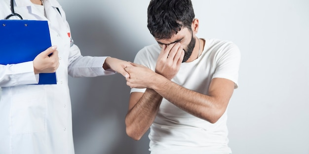 Hombre triste enfermo con doctora
