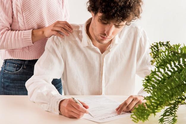 Hombre triste leyendo decreto de divorcio