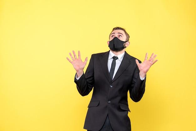 Hombre triste mirando hacia arriba con ansiedad y pensando en amarillo