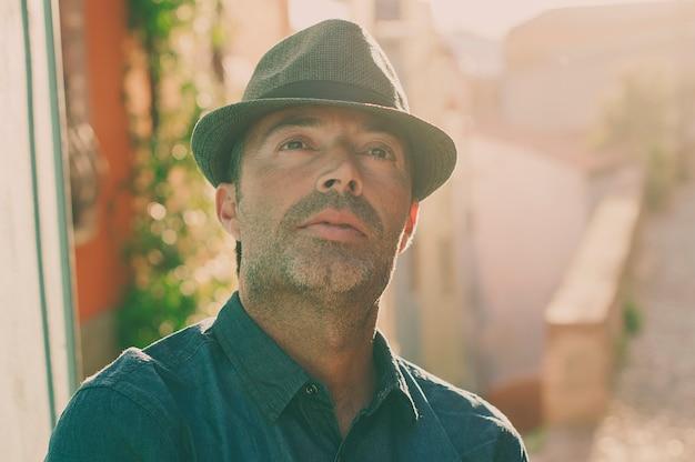 Hombre turístico en el casco antiguo de la ciudad durante su viaje en italia
