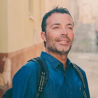 Hombre turístico de pie en el centro de la ciudad durante su viaje en italia