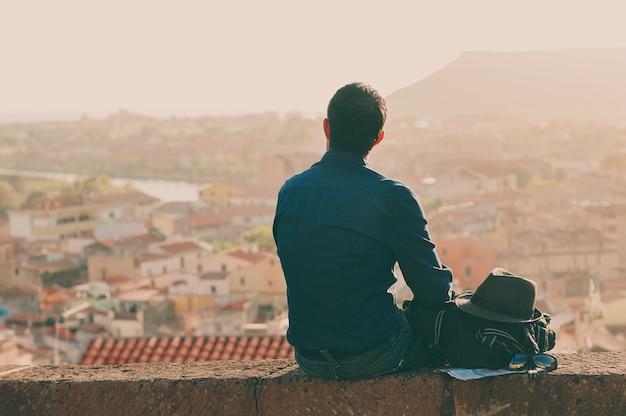 Hombre turístico que mira en el centro de la ciudad durante su viaje en italia