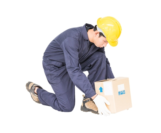 Hombre en uniforme levantando la caja de papel
