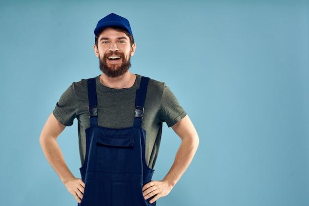Hombre en uniforme de trabajo y sombrero azul