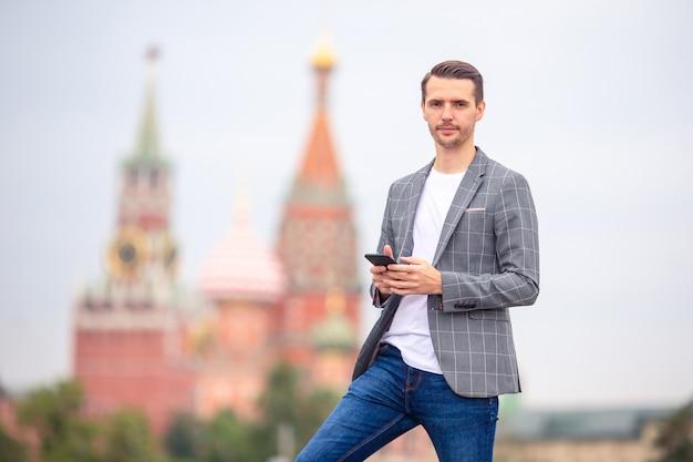 Hombre urbano joven feliz en ciudad europea.
