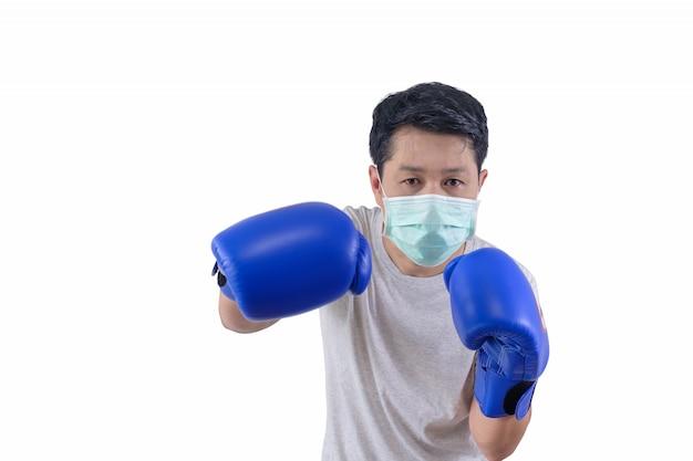 El hombre usa una máscara cuando está boxeando