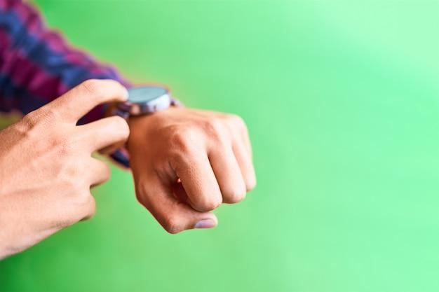 Hombre usa reloj inteligente en el estilo de vida cotidiano con pantalla en blanco