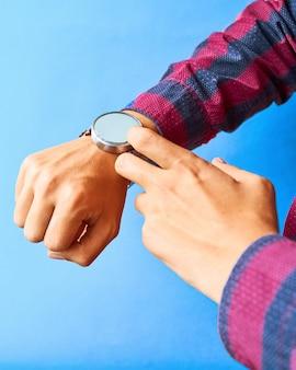 Hombre usa reloj inteligente en la vida cotidiana