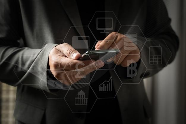 El hombre usa el teléfono digital escribiendo en la tableta del teléfono teléfono inteligente buscando navegando por internet internet de las cosas