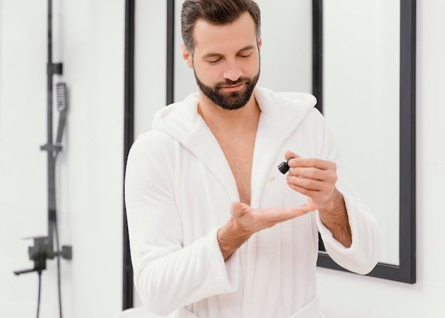 Hombre usando aceites naturales para su rostro