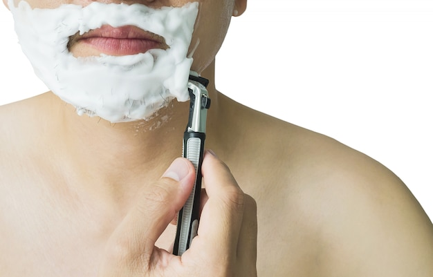 El hombre está usando la afeitadora