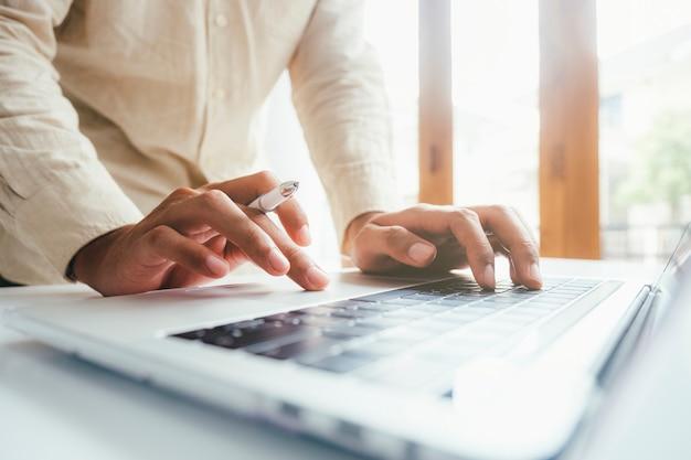 Hombre usando computadora, búsqueda en línea, aprendizaje en línea, trabajo en línea, programación de codificación de computadora.