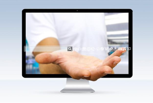 Hombre usando la dirección web para navegar en internet