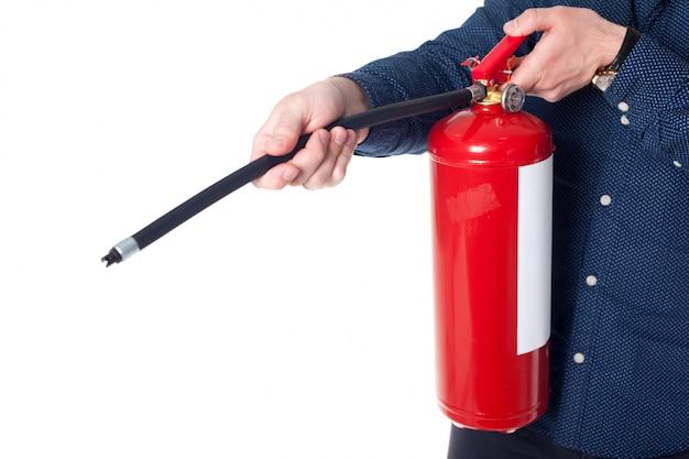 Hombre usando extintor aislado en blanco