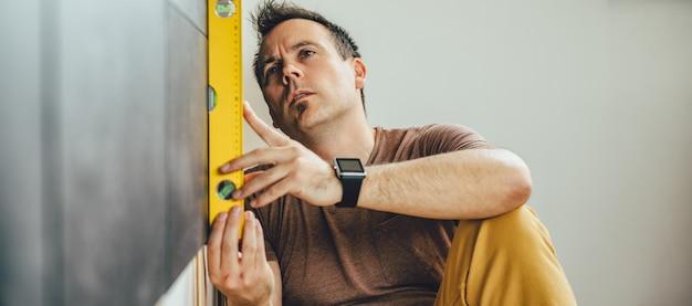 Hombre usando herramienta de nivelación